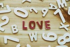 le mot conceptuel de valentine s'est rassemblé des éléments en bois avec Photographie stock libre de droits