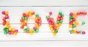 Le mot d'amour écrit avec les sucreries douces Photographie stock libre de droits