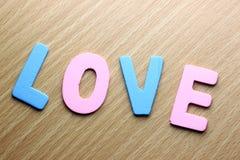 Le mot d'amour de couleur sur le bois Photos stock