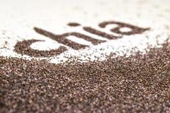 Le mot de Chia fait à partir du chia sème le hispanica de Salvia sur le fond blanc Images libres de droits