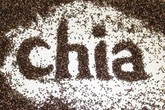 Le mot de Chia fait à partir du chia sème le hispanica de Salvia sur le fond blanc Photo libre de droits