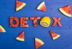 Le mot de detox est fait de tranches de pastèque et de citron Le concept du régime, corps nettoyant, consommation saine Photo libre de droits