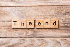 Le mot de fin écrit sur le bloc en bois Le texte d'extrémité sur la table en bois pour votre desing, concept image stock