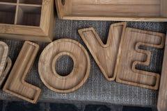 Le mot de l'amour écrit dans les lettres Photo stock