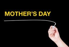 Le mot du jour de mère écrivent sur le fond noir Photos stock