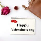 Le mot heureux de jour de Valentine's sur le fond de carnet avec a monté Images stock