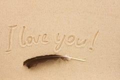 Le mot je t'aime écrit sur le sable Photos libres de droits