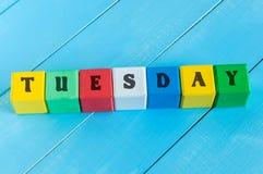 Le mot MARDI écrit en cubes en bois en couleur dessus Images stock