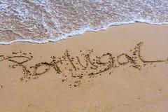 Le mot Portugal dans la langue allemande écrite dans une plage de sable photo stock