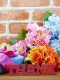 Le mot remercient la lettre avec le fond de décoration de fleurs Photos libres de droits