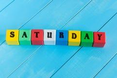 Le mot samedi écrit dans la couleur de l'enfant en bois Images libres de droits