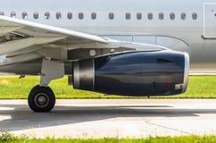 Le moteur d'avions sur la piste avant décollent à l'aéroport Photo libre de droits