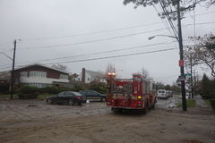 Le moteur 276 de FDNY a aidé des résidents de Queens après la dévastation massive à la suite de l'ouragan Sandy Photographie stock