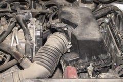 Le moteur de la voiture moderne en poussière images libres de droits