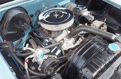 Le moteur de V8 dans un Américain 1958 a fait l'automobile Images stock