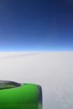 Le moteur du vol d'avions au-dessus des nuages Photographie stock