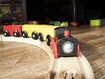 Le moteur en bois de jouet avec des voitures Images libres de droits