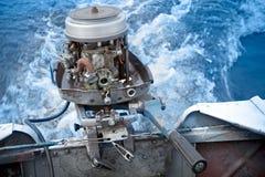 Le moteur extérieur de vieux bateau fonctionne sans cache photos stock