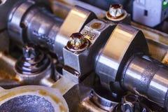Le moteur puissant d'une voiture À l'intérieur de du moteur Réparation de moteur de voiture photo libre de droits
