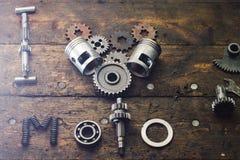 Le moto d'amour de l'expression I construit des pièces de rechange sur une table dans le garage Photos stock