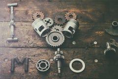 Le moto d'amour de l'expression I construit des pièces de rechange sur une table dans le garage Image libre de droits