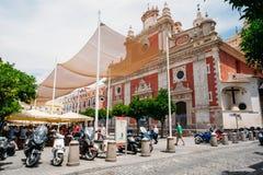 Le motociclette, motocicli, motorini hanno parcheggiato vicino Immagine Stock