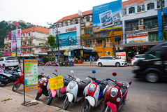 Le motociclette sono parcheggiate sulla via Krabi, Ao Nang, Tailandia immagine stock libera da diritti