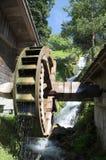 Le moulin à eau avec en bois roulent dedans les Alpes Image libre de droits