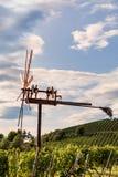 Le moulin à vent a appelé Klapotetz dans le vignoble le long du Styrian du sud vi Images stock