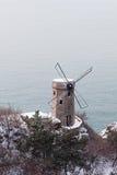 Le moulin à vent du bord de la mer photographie stock