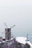 Le moulin à vent du bord de la mer photos libres de droits