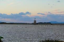 Le moulin à vent et les îles d'Egadi à l'arrière-plan en Sicile, Italie photographie stock