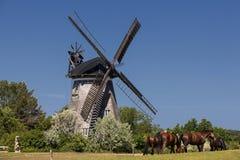 Le moulin à vent néerlandais dans le benz photographie stock libre de droits