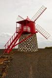 Le moulin à vent sur la côte de l'océan Photos libres de droits