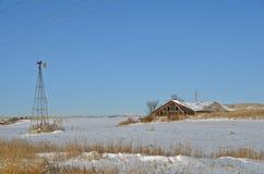 Le moulin de hangar et de vent restent d'une ferme Photographie stock