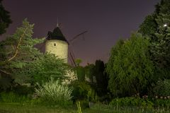 Le moulin de Rouvray à la piste de Longchamp la nuit à Paris Image stock