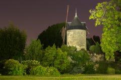 Le moulin de Rouvray à Paris la nuit Photographie stock libre de droits