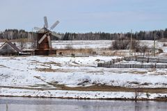 Le moulin en bois abaissent Sinyachikha Ural photo stock