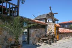 Le moulin et le chariot dans les rues de la vieille ville images libres de droits