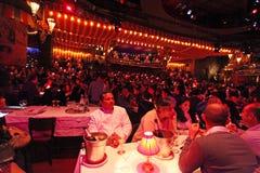 Le Moulin rouge à l'intérieur paris Image libre de droits
