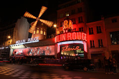 Le Moulin rouge la nuit Photographie stock libre de droits