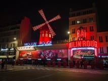 Le Moulin rouge la nuit C'est un cabaret célèbre construit en 1889, Image libre de droits