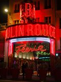 Le Moulin rouge la nuit C'est un cabaret célèbre construit en 1889, Images libres de droits