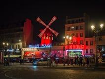 Le Moulin rouge la nuit C'est un cabaret célèbre construit en 1889, Photo stock