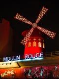 Le Moulin rouge la nuit C'est un cabaret célèbre construit en 1889, Photo libre de droits