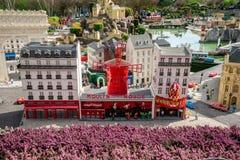 Le Moulin rouge LEGO modèlent montré au miniland de Legoland Windsor Image stock