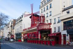 Le Moulin rouge, Paris, France C'est un cabaret célèbre construit en 1889, plaçant au quartier chaud de Paris de Images libres de droits