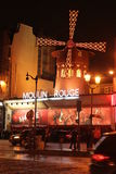 Le Moulin rouge pendant la nuit Photographie stock