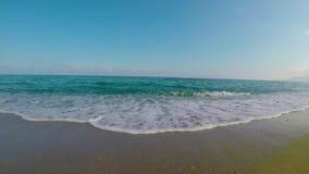 Le mouvement calme de la mer ondule au coucher du soleil clips vidéos