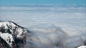 Le mouvement d'une couche dense de nuages au-dessus de la terre banque de vidéos